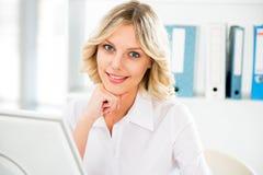 вычислительное бюро дела используя женщину Стоковые Фотографии RF