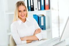 вычислительное бюро дела используя женщину Стоковые Изображения