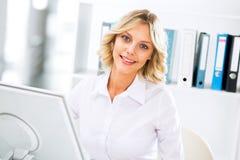 вычислительное бюро дела используя женщину Стоковые Изображения RF