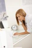 вычислительное бюро звонока ся используя работника Стоковая Фотография RF