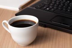вычислительное бюро кофе пролома Стоковые Изображения