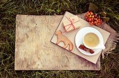 Вычисляемые печенья, кофе и подарок белизна осени изолированная принципиальной схемой Печенья имбиря и горячее питье Стоковые Фото