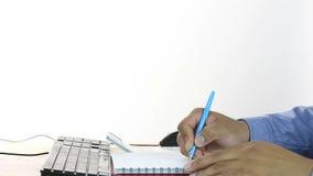 Вычисление бизнесмена цен и сочинительства на бумаге тетради акции видеоматериалы