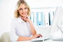 вычислительное бюро дела используя женщину Стоковая Фотография