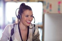 вычислительное бюро используя женщину Стоковое Изображение