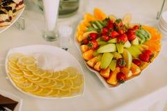 Вышеуказанный взгляд состава плодоовощ состоял из клубник, яблок, апельсинов, лимонов помещенных на таблице свадьбы Стоковая Фотография