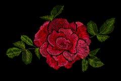 Вышивка красных роз на черной предпосылке Стоковое Изображение RF