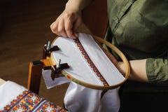 Вышивка на рамке вышивки (вышивка крестиком) Стоковое Фото
