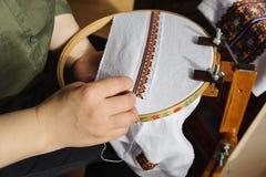Вышивка на рамке вышивки (вышивка крестиком) Стоковое фото RF