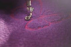 вышивка темной розовой бабочки на пурпурных кипеть шерстях ярко загорелась стоковая фотография rf