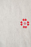 Вышивка элемента handmade на белье красными и белыми бумажными нитками Предпосылка с вышивкой Стоковая Фотография