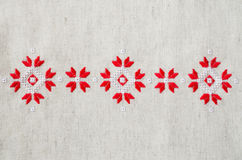 Вышивка элемента handmade на льне красными и белыми бумажными нитками Предпосылка с вышивкой Стоковая Фотография