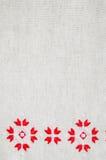 Вышивка элемента handmade на льне красными и белыми бумажными нитками Предпосылка с вышивкой Стоковые Изображения RF