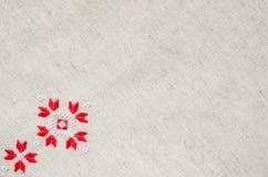Вышивка элемента handmade на льне красными и белыми бумажными нитками Предпосылка с вышивкой Стоковые Фото