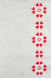 Вышивка элемента handmade на льне красными и белыми бумажными нитками Предпосылка с вышивкой Стоковая Фотография RF