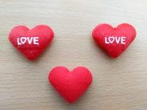 Вышитая сердцем красная влюбленность писем Стоковые Изображения