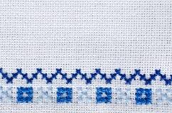 Вышитая часть на белом льне Перекрестный стежок Стоковое Фото