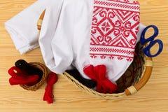 Вышитые рубашка и аксессуары для needlework стоковая фотография