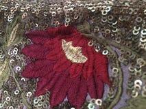 Вышитый красный цветок с зелеными листьями Стоковая Фотография RF
