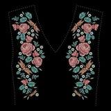 Вышитый состав с розами, wildflowers, листьями и dragonfly Дизайн вышивки стежком сатинировки флористический на черноте Стоковая Фотография RF