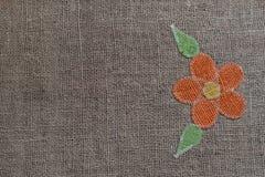 Вышитый цветок над linen предпосылкой Стоковое Фото