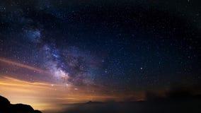 Выдающая красота млечного пути и звёздного неба захватила на большой возвышенности в летнем времени на итальянских Альпах видеоматериал