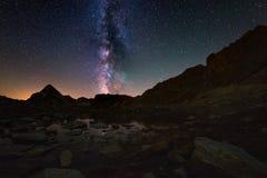 Выдающая красота дуги млечного пути и звёздного неба отразила на озере на большой возвышенности на Альпах Dist Fisheye сценарное стоковое фото