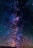 Выдающие красота и ясность млечного пути, с деталями своего красочного ядра Вертикальная панорама 6 сшитых фото te стоковые изображения rf