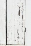 Выдержанная белая деревянная дверь с откалыванной краской и шелушением Стоковые Фото