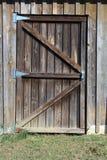 Выдержанная деревянная дверь амбара стоковое изображение rf