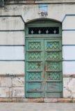 Выдержанная зеленоголубая дверь в Cuenca, эквадоре стоковые фото