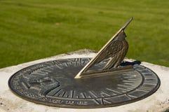 Выдержанные бронзовые солнечные часы показывают время Стоковые Изображения RF