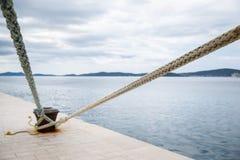 Выдержанные веревочки прикрепленные к пристани Стоковая Фотография