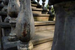 Выдержанные внешние деревянные шаги на солнечный полдень стоковая фотография