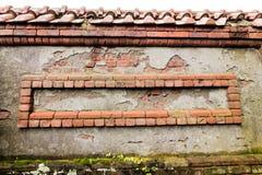 Выдержанные красные кирпичи декоративно расположены в стену стоковое фото rf