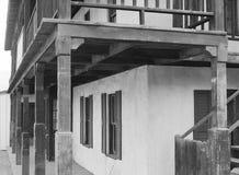 Выдержанные крылечка на старом западном здании Стоковое фото RF