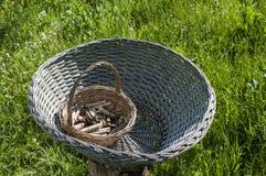 Выдержанные плетеные корзины прачечной с деревянными колышками прачечной Стоковая Фотография