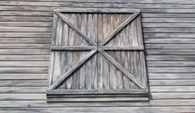 Выдержанные siding и окно Clapboard амбара Стоковые Изображения RF