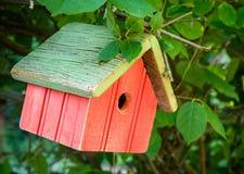Выдержанный красный Birdhouse Стоковая Фотография