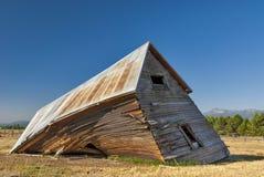 Выдержано и падающ вниз деревянная дом Стоковое Изображение