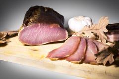 Вылеченное мясо на доске Стоковое Изображение RF