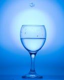 Выделенный в голубом льде, снежинке и бокале воды Стоковые Фотографии RF