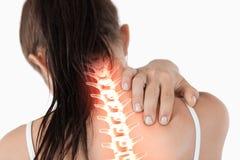 Выделенный позвоночник женщины с болью шеи стоковые изображения rf
