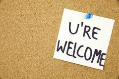 Вы знак wellcome написанный на липком примечании прикалыванном на pinboard Стоковое Изображение RF
