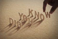ВЫ ЗНАТЬ деревянное слово на обжатой доске Стоковое фото RF