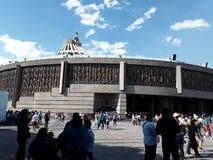 Вы можете увидеть красивый вид собора города Мексики где день за днем мили паломников приезжают стоковое фото rf