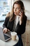 Вы никогда не угадываете чего я считал онлайн Горизонтальный портрет серьезной потревоженной европейской женщины сидя в кафе, вып Стоковая Фотография
