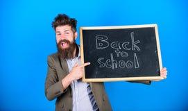 Вы подготавливаете для того чтобы изучить Учитель рекламирует назад к изучать, начинает учебный год Стойки и владения человека уч стоковая фотография