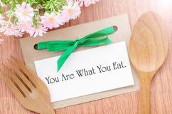 Вы чему вы едите сообщение в бумажной бирке Стоковое фото RF