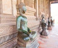 ВЬЕНТЬЯН, ЛАОС - 2-ОЕ ФЕВРАЛЯ: Бронзовая статуя Будды на Ka Phra боярышника Стоковые Фотографии RF